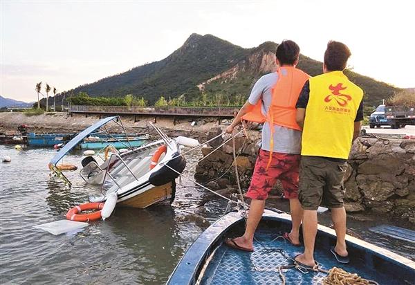 东升海上救助志愿服务队队员在进行海上救援。